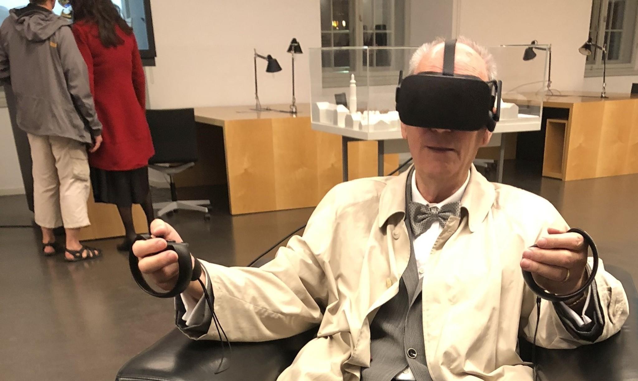 Senior mit VR-Brille bei der LNDW