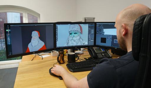 Ein 3D Entwickler bearbeitet den AR Weihnachtsmann an seinem PC